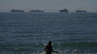 Frachter vor dem Hafen von Los Anbgekles warten auf das Löschen ihrer Ladung