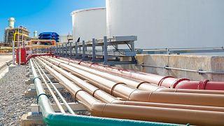 عکس تزئینی از مخازن ذخیره نفت کوره در یک پالایشگاه