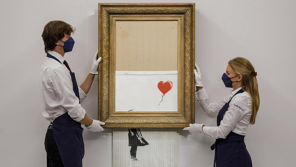 'El amor está en la papelera': la obra de arte destrozada de Banksy se vende por casi 22 millones de euros en una subasta