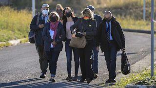 المحامية أليساندرا باليريني رفقة عائلة ريجيني يصلون إلى محكمة ريبيبيا في روما، لمحاكمة أربعة ضباط أمن مصريين غيابياً في قضية مقتل الطالب جوليو ريجيني، 14 أكتوبر 2021