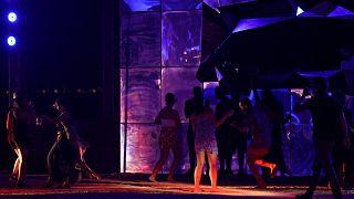السعودية نيوز |      شاهد | حفلات ليلية على شاطئ في السعودية والسماح للنساء بارتداء البيكيني