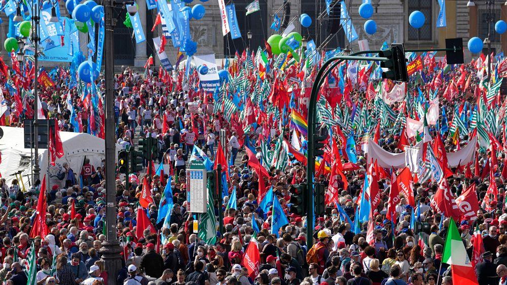 Decenas de miles se manifiestan en Roma contra los neofascistas