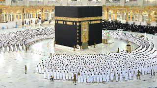 السعودية نيوز        عودة الصفوف المتراصة لصلوات الحرم المكي بعد تخفيف إجراءات كورونا