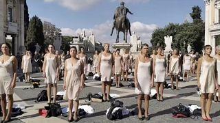 ویدئو؛ میهمانداران سابق شرکت هواپیمایی آلیتالیا با لباس زیر در رُم تظاهرات کردند