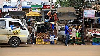 Kenya : des commerçants utilisent les coffres de leurs voitures comme étals
