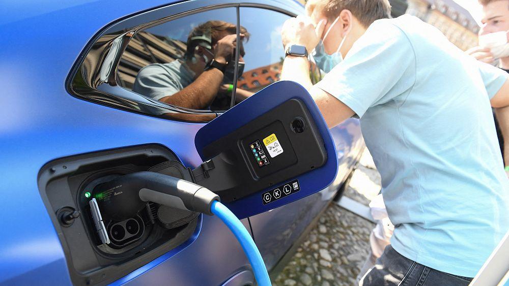 Penjualan kendaraan listrik dan mobil hibrida plug-in melonjak di Eropa karena permintaan bensin dan solar turun