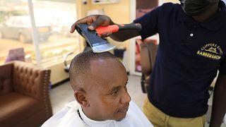 Kenya : des coupes de cheveux à la hache