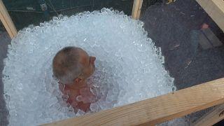 Поляк просидел в ледяном бассейне в Вильнюсе три часа