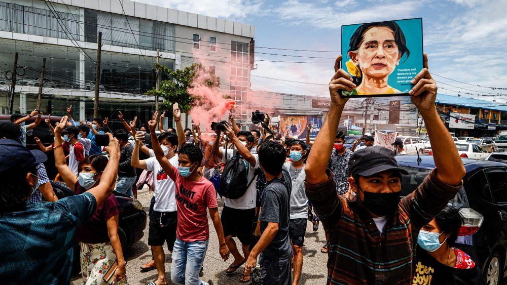 Myanmar: Pengadilan Aung San Suu Kyi secara serius meringkas standar bebas dan adil, kata HRW