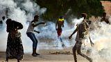 سودانيون خلال مواجهات مع قوات الامن في العاصمة الخرطوم خلال احتجاجت على الانقلاب العسكري
