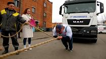 """""""Russian Hulk"""" sets world record hauling 53 tonnes of lorry and bus"""