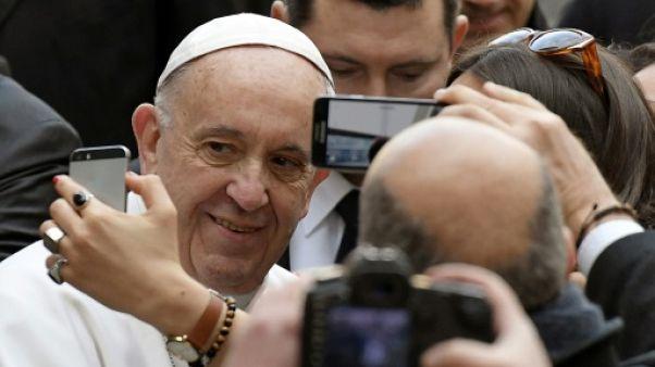 Le pape demande aux jeunes d'arrêter avec leur portable à table