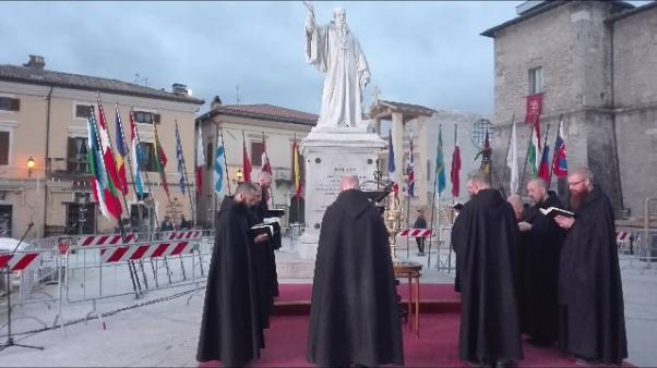 Monaci Norcia recitano vespri in piazza