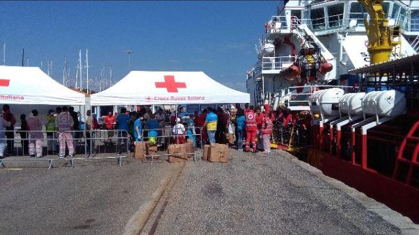 Migranti: 507 giunti in porto Crotone