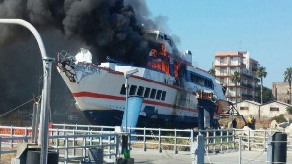 Aliscafo in fiamme nel porto di Milazzo