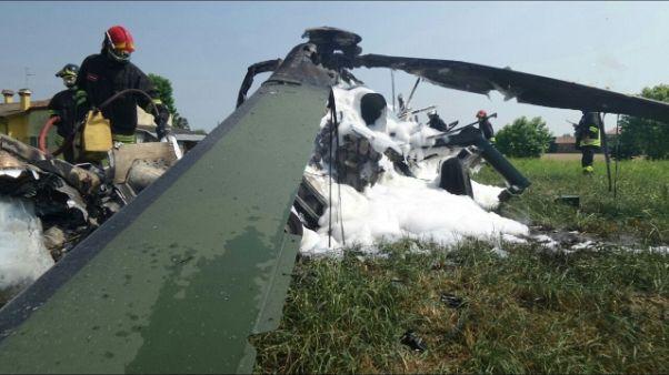 Cade in Veneto elicottero, tutti salvi