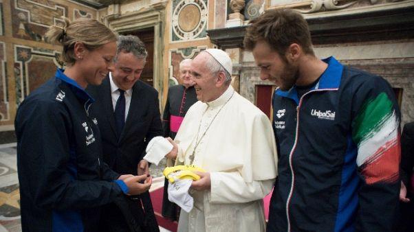 Azzurri nuoto dal Papa, cuffia in dono