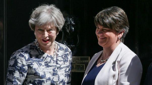 Les ultra-conservateurs nord-irlandais donnent la majorité absolue à May