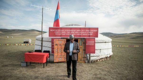 """La Mongolie, """"oasis démocratique"""" où les yourtes sont des bureaux de vote"""