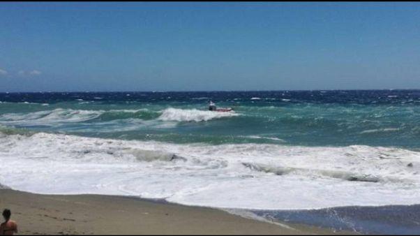 Quattro travolti da mareggiata, 1 morto