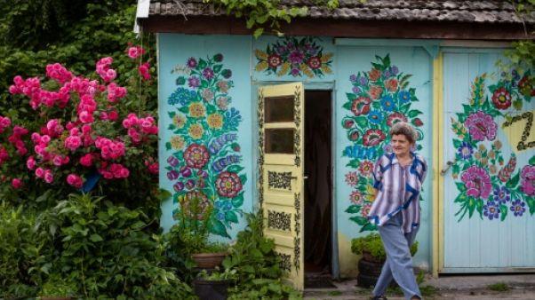 Pologne: au village de Zalipie, les murs fleurissent hiver comme été