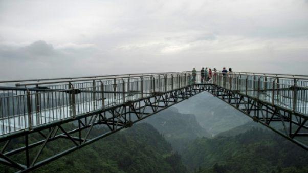 En Chine, une passerelle vertigineuse en verre défie les records