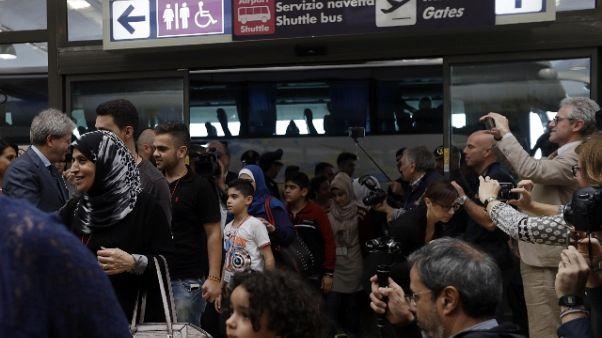 Migranti: a Fiumicino altri 52 profughi