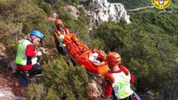 Scivola in montagna per 100 metri, morto
