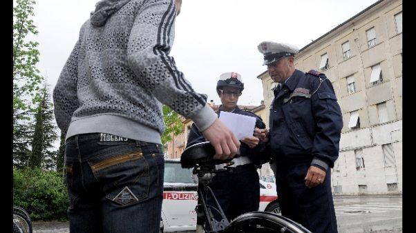 In bici tenta accoltellare passanti