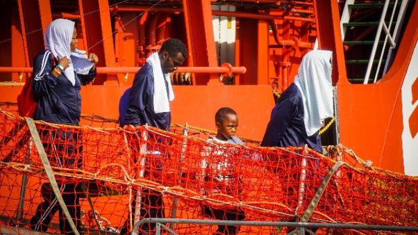 Sbarco Salerno,migrante intona preghiera
