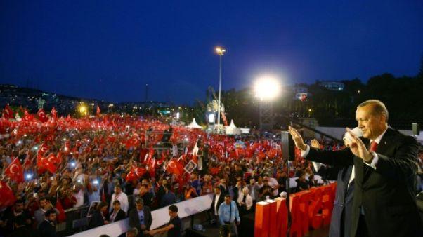 """Commémoration du putsch en Turquie: Erdogan met en garde les """"traîtres"""""""