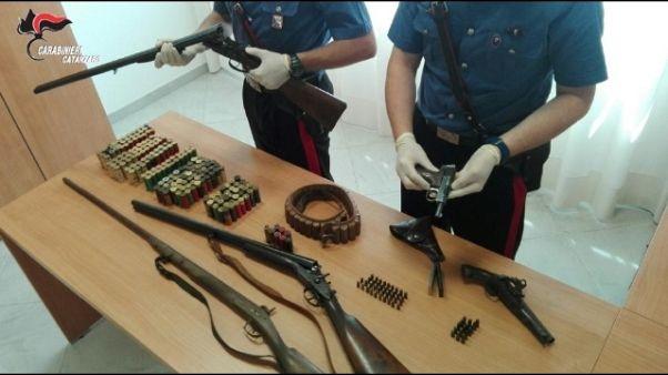 Stalker arrestato per possesso armi