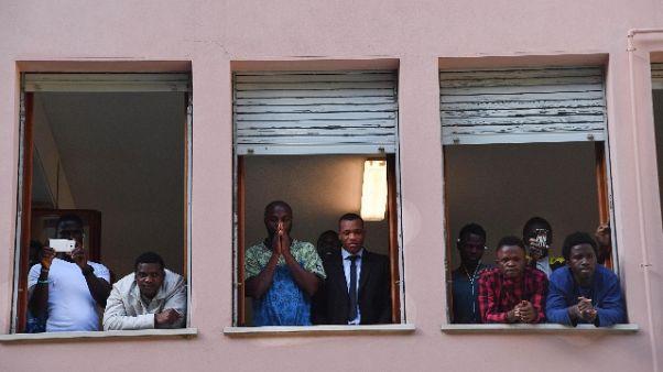 Migranti: rivolta, insulti a stranieri