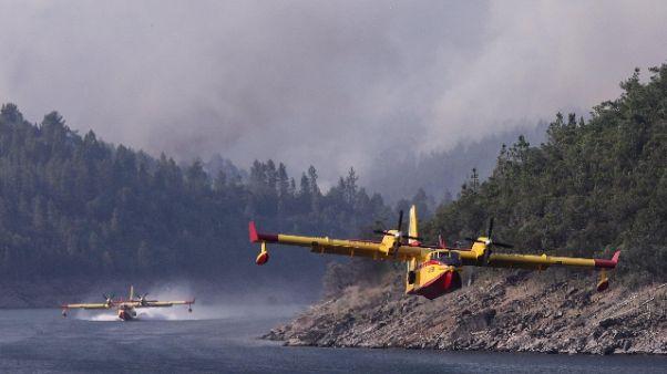 Incendi: acqua lago Bilancino a Canadair