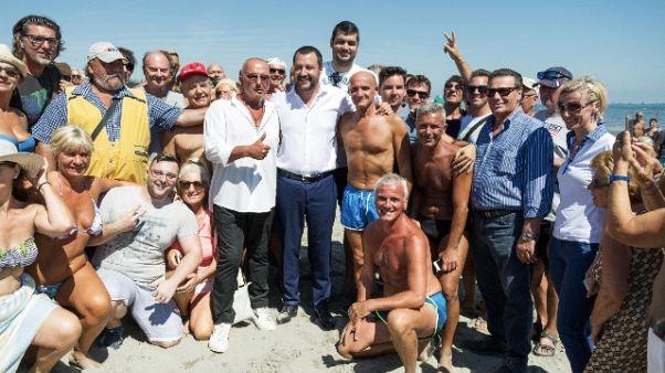Salvini in visita spiaggia 'fascista'