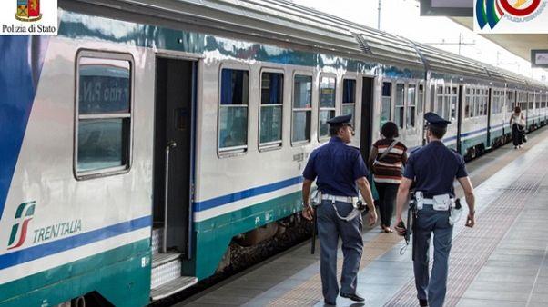Controllore accoltellato sul treno