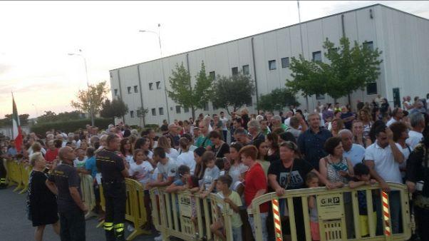 Incendi: Grosseto, folla ringrazia Vv.F.