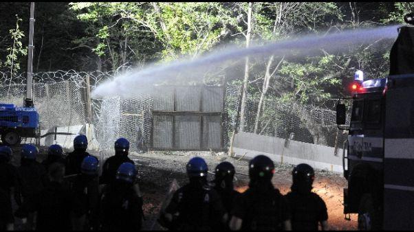 Sassi contro cantiere, idranti su No Tav