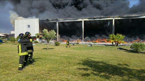 Incendio in capannone elettrodomestici