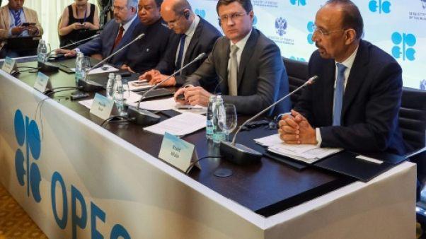 Pétrole: les pays producteurs cherchent à accentuer leur baisse de l'offre
