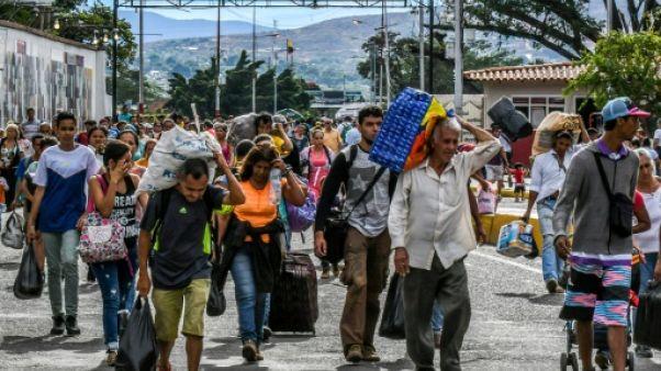 Inquiets, les Vénézuéliens passent en masse en Colombie