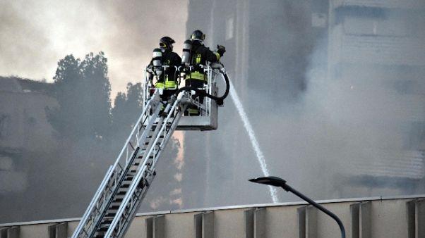 Incendio Milano, in corso 'smassamento'