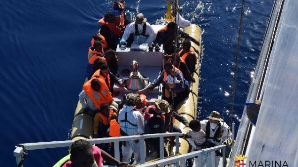 Missione italiana, nave in ricognizione