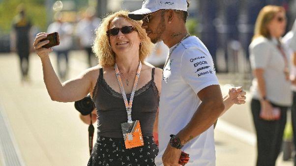 F1: Hamilton rimprovera la Mercedes