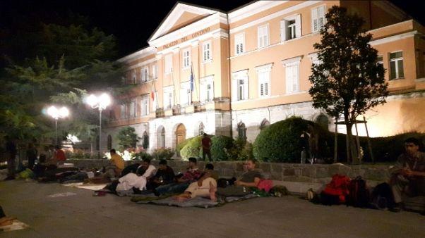 70 profughi dormono davanti Prefettura
