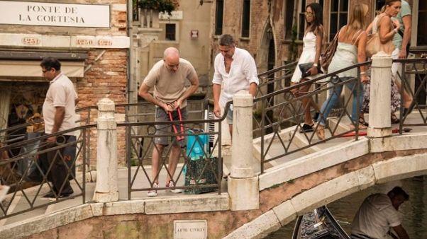 Venezia: operazione decoro,via lucchetti