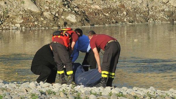 Cadavere legato a un sasso in fiume