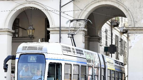 Cade cavo tram, giovane ferita a Torino