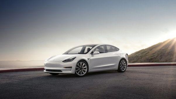 Tesla seeks to raise $1.5 billion to fund Model 3 production