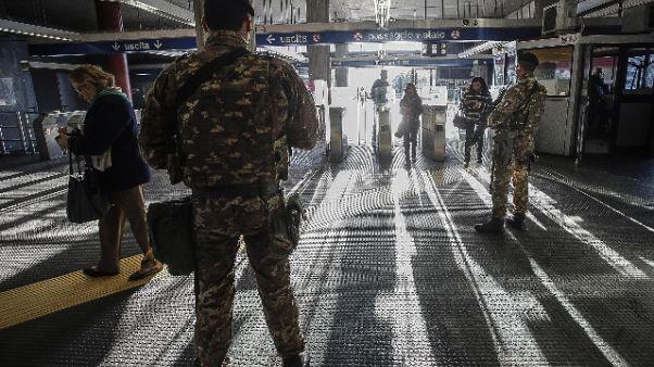 Extracomunitari accerchiano militari